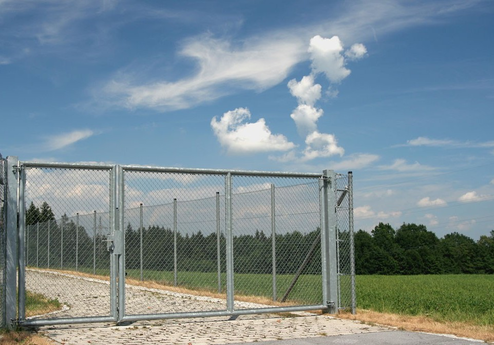 Swinging Gate Fencing Providers for Work Sites